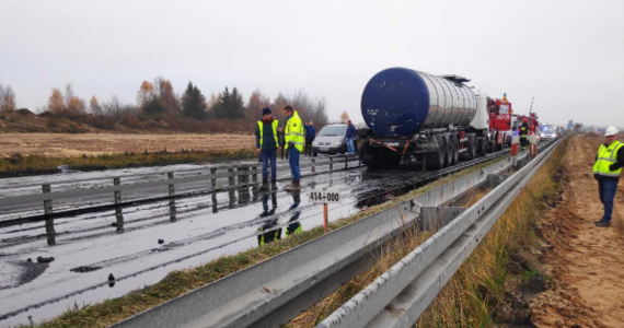 Po kilku godzinach sprzątania jezdni około południa udało się odblokować ruch na drodze krajowej nr 1 w miejscowości Madalin (Śląskie). W miejscowości Mykanów w woj. śląskim zderzyły się dwie ciężarówki. Z jednej z nich na jezdnię wyciekł płynny asfalt.