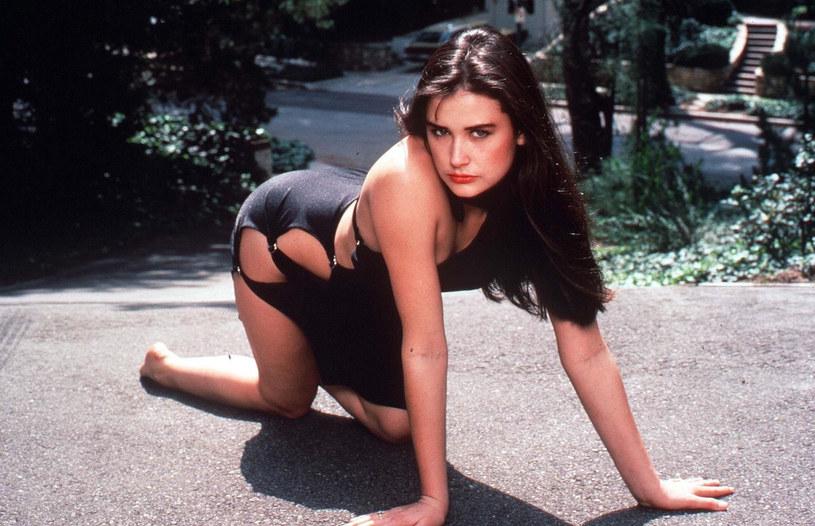 """Córka Demi Moore i Bruce'a Willisa opublikowała na swym Instagramie wyjątkowe zdjęcia, m.in. z planu filmu """"Striptiz"""" z 1996 roku. Rumer Willis udostępniła zupełnie unikatowy polaroid z tego roku. Widać na nim posągową figurę hollywoodzkiej gwiazdy i małą Rumer tulącą się do swojej słynnej mamy ze wszystkich sił."""