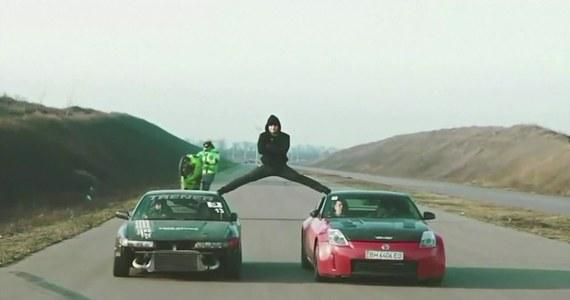 Fani Jeana-Claude'a Van Damme'a, słynnego aktora kina akcji, pamiętają zapewne reklamę jednego z koncernów motoryzacyjnych, w której Belg wykonuje szpagat między dwoma jadącymi tirami. Wyczyn aktora powtórzył Jewhen Kalinin, ukraiński kaskader, który wykonał szpagat między dwoma autami osobowymi. Ponadto Kalinin popisał się również innym osiągnięciem: przeskoczył z jednego jadącego samochodu do drugiego, stojąc na rękach. A wszystko to przy prędkości 70 km/h!