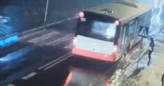 Policjanci z Wodzisławia Śląskiego wyjaśniają okoliczności dramatycznego wypadku w Radlinie. 15-latka została tam potrącona na przejściu dla pieszych przez dwa auta. Funkcjonariusze ku przestrodze opublikowali nagranie z monitoringu pokazujące tę sytuację.