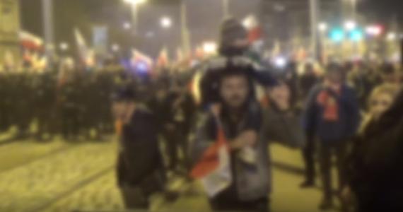 Sąd rodzinny zajmie się sprawą rodziców 4-letniego chłopca, którzy razem z synem uczestniczyli w zamieszkach na marszu narodowców we Wrocławiu. Oboje usłyszeli już zarzuty.