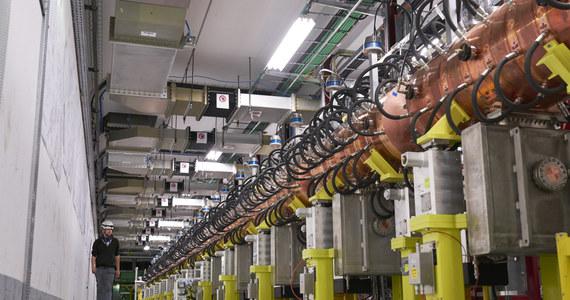 Trudno w to uwierzyć, ale pierwotnym źródłem protonów do Wielkiego Zderzacza Hadronów (LHC) jest zwykła butla ze sprężonym wodorem. Nie trzeba jej przy tym czesto wymieniać, bo atomów wodoru wystarcza na dość długo. Droga z butli do LHC jest kilkustopniowa i dość skomplikowana. Pierwszym etapem jest komora jonizacyjna, która dodaje do atomów wodoru dodatkowy elektron, co umożliwia przyspieszanie ich w polu elektrycznym. Stworzenie z nich odpowiedniej wiązki to zadanie przyspieszacza liniowego. Po niemal dwóch dekadach projektowania i konstrukcji pracę w tej roli rozpoczyna nowy akcelerator Linac 4, który ma zapewnić wiązkę o parametrach odpowiednich do pracy LHC w warunkach wysokiej intensywności. Wnęki rezonansowe do 12 półtorametrowych struktur przyspieszających Linaca 4 powstały w Polsce, w Narodowym Centrum Badań Jądrowych w Świerku.