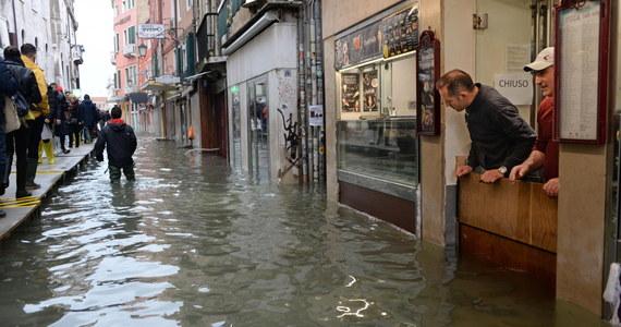 Piąty dzień Wenecji zmaga się ze skutkami powodzi, która przechodzi do historii jako zjawisko nienotowane od 1872 roku. Po raz pierwszy od prawie 150 lat w jednym roku poziom przepływu przekroczył dwa razy w ciągu jednego tygodnia 150 centymetrów.