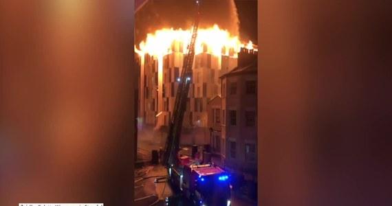 Ogromny pożar akademika w Boltonie był przyczyną ewakuacji studentów. Dwie osoby zostały poszkodowane. Ich stan nie jest znany. Z ogniem walczyło około 200 strażaków. Do pożaru zadysponowano także 40 wozów strażackich.