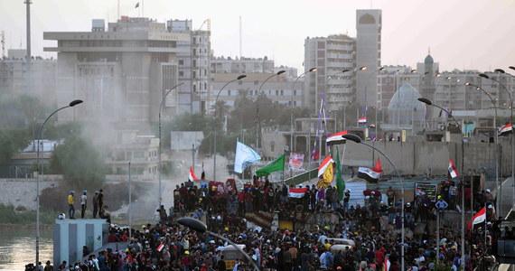 Demonstranci w Bagdadzie w sobotę okupują część mostu, z którego zostali usunięci tydzień wcześniej - informuje Reuters. Jest to główny most prowadzący do Zielonej Strefy. W związku z protestami zamknięto przejście graniczne z Iranem. Manifestacje w Iraku są wyrazem społecznego wzburzenia wywołanego m.in. biedą, bezrobociem oraz nieregularnymi dostawami prądu i wody pitnej.