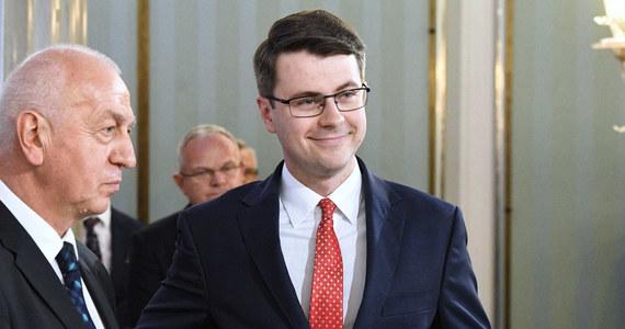 Jeżeli projekt w sprawie zniesienia 30-krotności składki na ZUS nie przejdzie, trzeba będzie zmodyfikować projekt budżetu państwa - powiedział w niedzielę rzecznik rządu Piotr Müller.
