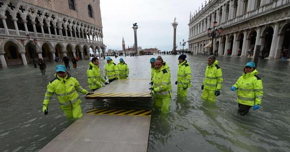 """Znów podniósł się poziom wody w Wenecji. 70 proc. powierzchni historycznego centrum miasta znalazło się w niedzielę pod wodą. Poziom przypływu osiągnął 150 centymetrów. To trzecia powódź w tym tygodniu. Położony najniższej w mieście zalany plac świętego Marka został zamknięty. """"Po pierwsze bezpieczeństwo"""" - tak burmistrz Luigi Brugnaro uzasadnił swoją decyzję o zamknięciu placu."""