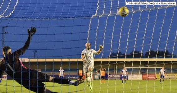 Tony Breeden, bramkarz klubu Nuneaton Borough podszedł do rzutu karnego podczas meczu ze Stratford Town. Piłka po jego strzale przeleciała nad poprzeczką, a następnie rozbiła lampę, znajdującą się na trybunie.