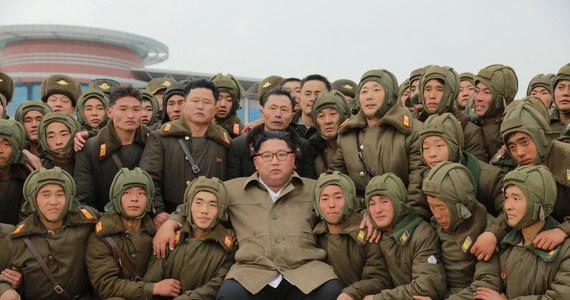 Armia Korei Północnej od trzech dni przeprowadza ćwiczenia lotnicze, które osobiście nadzoruje przywódca tego kraju Kim Dzong Un - poinformowała oficjalna północnokoreańska agencja KCNA.
