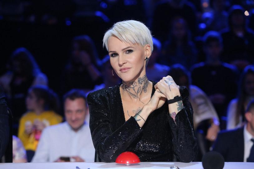 """Sporym zaskoczeniem dla widzów """"Mam talent"""" była decyzja Agnieszki Chylińskiej, która do finału przepuściła 11-letnią akrobatkę Malwinę Kowalowicz, odrzucając jednocześnie tak mocno wychwalanego wcześniej wokalistę Dawida """"Ukeboya"""" Jędrusika."""