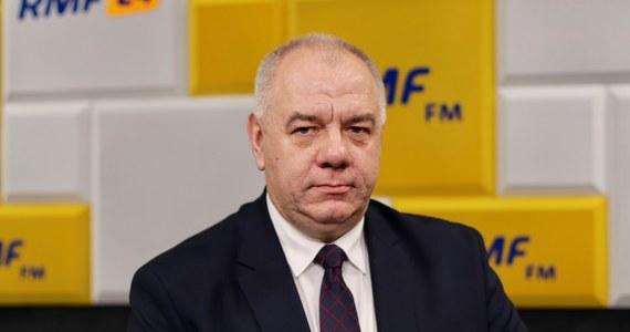 """""""Za cenę prądu odpowiada teraz minister aktywów państwowych, czyli ja. Podwyżki dla indywidualnych odbiorców nie będzie"""" - deklarował w Porannej rozmowie w RMF FM Jacek Sasin. """"Podmioty gospodarcze muszą liczyć się z tym, że będą musiały płacić za prąd tyle, ile wynika to rynkowych cen wytwarzania energii"""" przyznawał wicepremier. Gość Roberta Mazurka, pytany o nazwę swojego resortu, zapewniał, że jest znakomita. """"Oddaje istotę tego resortu - ma te aktywa państwa wykorzystać w interesie państwa. Skarb polegał na tym, że się to tylko nadzorowało, a teraz to ma być taka bardzo aktywna polityka"""" - tłumaczył Sasin. Przyznał, że nie do końca wie, co jutro premier powie w expose."""