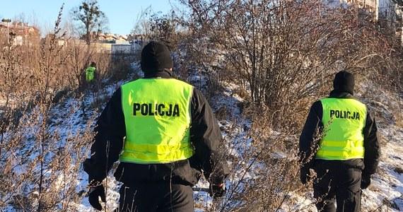 Świętokrzyska policja od soboty poszukiwała dwóch mężczyzn z powiatu staszowskiego. To 27-latek i jego 51-letni ojciec, którzy po domowej awanturze odjechali w nieznanym kierunku. Dziś przed południem zatrzymano 27-latka. Los jego ojca jest nieznany.