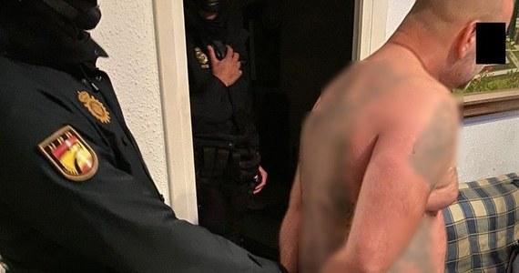 Poszukiwany od trzech lat 44-letni mieszkaniec warszawskiego Targówka został zatrzymany w Hiszpanii – informuje policja. Mężczyzna był uznawany za jednego z najbardziej niebezpiecznych przestępców. Wystawiono za nim 4 listy gończe. Onet podaje, że chodzi o przestępcę o pseudonimie Broda.