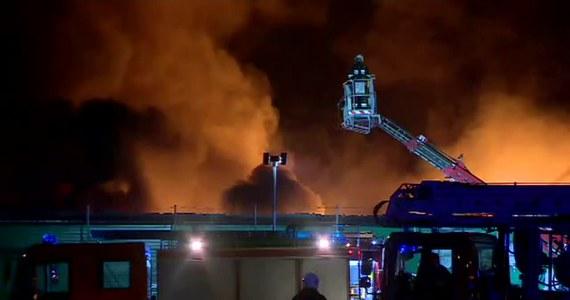 Trwa dogaszanie pożaru hali magazynowej i hali recyklingu tworzyw sztucznych pod Buszewem w Wielkopolsce.