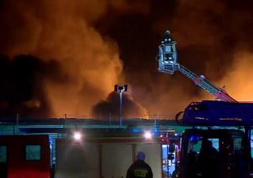 Wielkopolska: Pożar hal magazynowych. Z ogniem walczyło ponad 150 strażaków