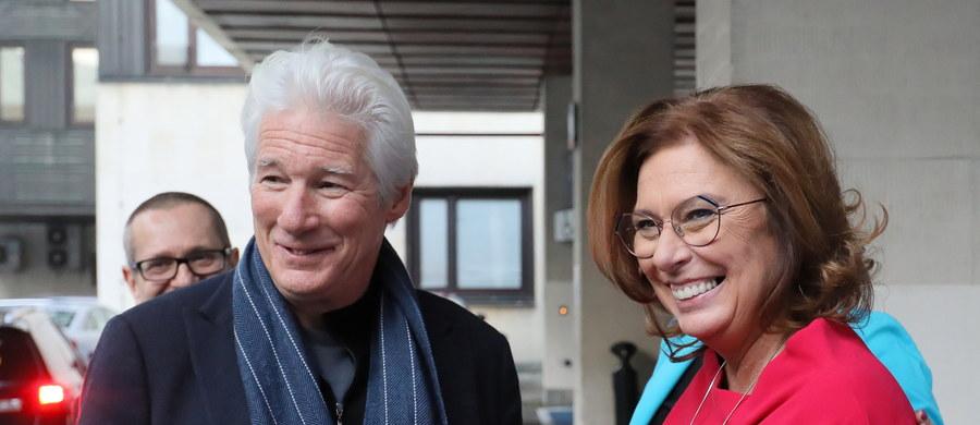 Znany amerykański aktor Richard Gere odwiedził w poniedziałek polski Sejm. Wcześniej spotkał się z Rzecznikiem Praw Obywatelskich Adamem Bodnarem oraz z przedstawicielami organizacji pozarządowych.