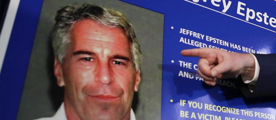 Strażnicy, którzy mieli pilnować amerykańskiego miliardera Jeffreya Epsteina, usłyszeli zarzuty. Finansista oficjalnie popełnił samobójstwo w areszcie. Zdaniem ławy przysięgłych, strażnicy zaniedbali swoje obowiązki i sfałszowali dokumenty.