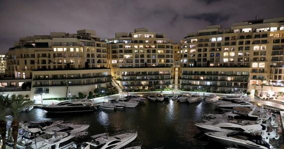 Maltańska policja zatrzymała w środę Yorgena Fenecha, jednego z czołowych biznesmenów w kraju, w związku z dochodzeniem w sprawie zabójstwa znanej dziennikarki śledczej Daphne Caruany Galizii - poinformował Reuters, powołując się na dwa źródła.