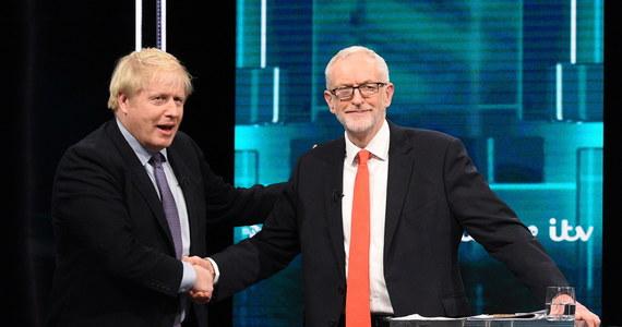 Brytyjski premier Boris Johnson zmierzył się przed kamerami telewizji z liderem opozycji Jeremym Corbynem. Ich pojedynek był pierwszym forte kampanii przed wyborami parlamentarnymi, które odbędą się 12 grudnia. Przewagę w sondażach utrzymują rządzący konserwatyści. Zasadniczym pytaniem brzmi, czy zwycięzca osiągnie zdecydowaną większość w Izbie Gmin. Bez niej rozwiązanie brexitu będzie niemożliwe.