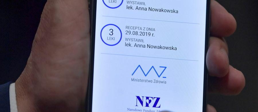 111 lat ma najstarszy pacjent, dla którego wystawiono e-receptę. Najmłodszy – 10 dni. Jak poinformował wiceminister zdrowia Janusz Cieszyński,  wystawiono już 33 mln elektronicznych recept dla ponad 6,3 mln pacjentów.