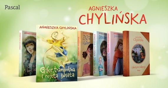 Nowa książka Agnieszki Chylińskiej mocno Cię zaskoczy. To nie jest tylko kolejna część opowieści o Zezi i Gilerze. To lektura dla tych, którym nie jest obojętny los dzieci innych niż wszystkie... Autorka jak zawsze szczerze i bezpośrednio opisuje losy Gilera, dziecka wyjątkowego. Jeśli jesteś Rodzicem, Opiekunem swojego Gilera sięgnij po najnowszą książkę Agnieszki Chylińskiej i przekonaj się, że nie jesteś sam.
