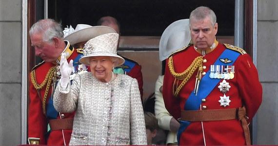 Największy kryzys w rodzinie królewskiej od śmierci księżnej Diany - tak brytyjskie media określają skandal wokół księcia Andrzeja i jego związków ze skazanym pedofilem, amerykańskim finansistą Jeffreyem Epsteinem. Ale na tym kończą się podobieństwa. Kraksa w paryskim tunelu i śmierć matki książąt Harrego i Williama była przypadkiem, natomiast postępowanie księcia Andrzeja w pełni świadome.