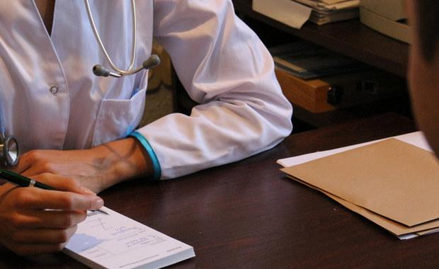 Oprócz listy specjalistów do których skierowanie nie jest wymagane, warto wiedzieć jak długo ważny jest taki dokument, gdzie sprawdzić czas oczekiwania na wizytę lekarską oraz w jakich sytuacjach można starać się o przyjęcie do specjalisty poza kolejnością.