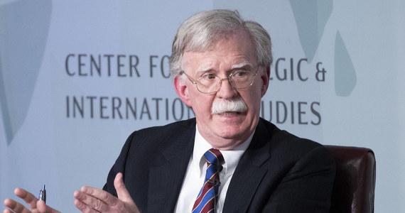 John Bolton, były doradca prezydenta ds. bezpieczeństwa narodowego, oskarża Biały Dom o blokowanie mu dostępu do jego konta na Twitterze. W odpowiedzi, urzędnik administracji prezydenta USA Donalda Trumpa, powiedział portalowi CNN, że oskarżenia są bezpodstawne, a poza tym Biały Dom nie ma takiej możliwości.