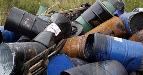 Przeprowadzone w poniedziałek badania mają wyjaśnić, jakie dokładnie chemikalia znajdują się na jednej z posesji w miejscowości Wiatrowiec w powiecie grójeckim na Mazowszu. Służby otrzymały informacje o możliwym skażeniu terenu.