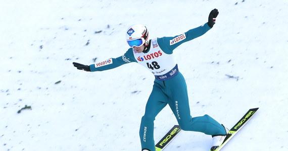 Co za zwrot akcji podczas konkursu Pucharu Świata skoków narciarskich w Wiśle! Kamil Stoch, który po pierwszej serii zajmował odległe 12. miejsce, ale po drugim skoku zdołał awansować na trzecią pozycję. Wygrał Daniel Andre Tande.