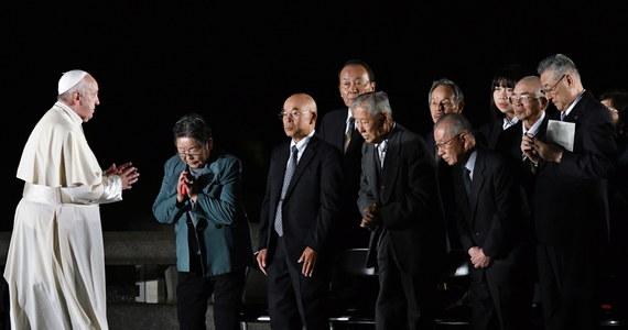 """""""Wykorzystanie energii atomowej do celów wojennych jest zbrodnią przeciwko człowiekowi i przyszłości"""", """"będziemy za to sądzeni"""" - mówił papież Franciszek w Hiroszimie. Przy Pomniku Pokoju w miejscu wybuchu bomby atomowej wygłosił orędzie. Wcześniej w Nagasaki apelował do świata o wprowadzenie zakazu posiadania broni nuklearnej."""