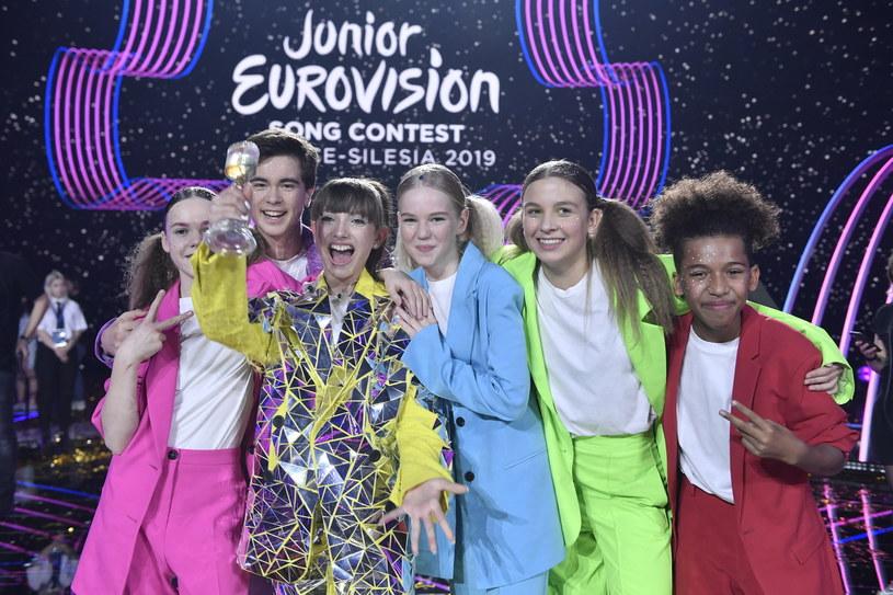"""Mateusz Szymkowiak przeprowadził na scenie pierwszy wywiad z Viki Gabor po jej zwycięstwie na Eurowizji Junior 2019. """"Będę płakać z radości do końca życia"""" – stwierdziła."""
