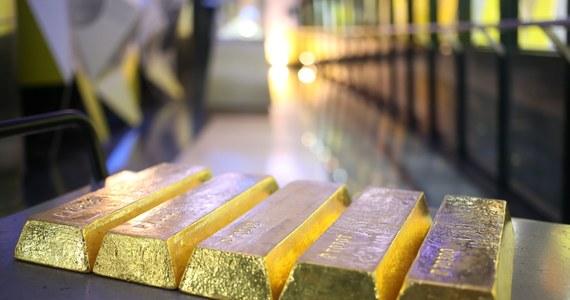 Polskie złoto wraca z Anglii do kraju. Narodowy Bank Polski ogłosił właśnie zakończenie tajnej akcji sprowadzania do kraju 100 ton złota. Będzie przechowywane w skarbcu banku centralnego.