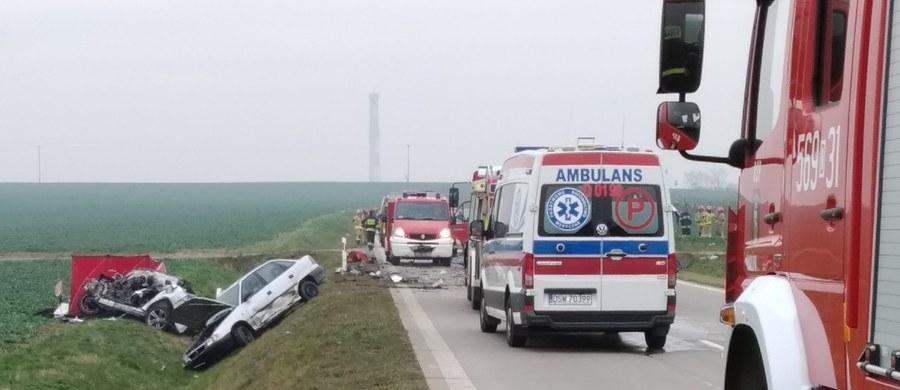 """Jedna osoba zginęła w wypadku na tzw. łączniku autostradowym, pomiędzy Świdnicą a Bagieńcem na Dolnym Śląsku. Przed południem doszło tam do zderzenia trzech aut osobowych i ciężarówki. Jak nieoficjalnie twierdzi """"Gazeta Wrocławska"""", wypadek mógł być samobójstwem."""