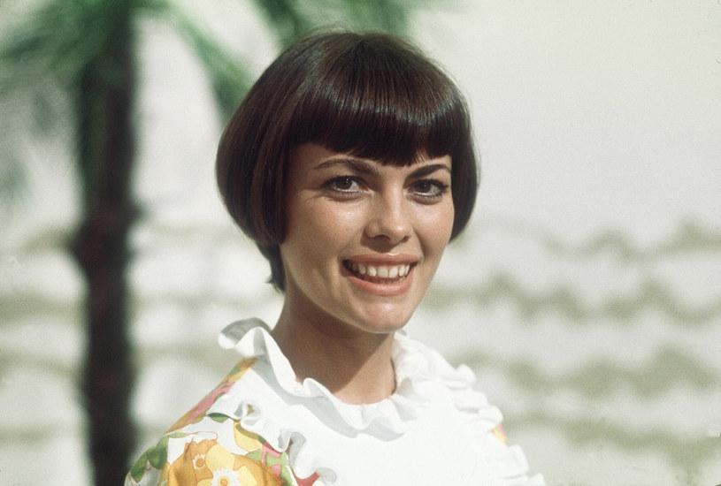"""""""Scena to całe moje życie"""" – mówi. Poświęciła jej wszystko. Jest na niej od ponad 50 lat, wciąż z tym samym wizerunkiem – z charakterystyczną grzywką i w czarnej sukni, często ozdobionej białym kołnierzykiem."""