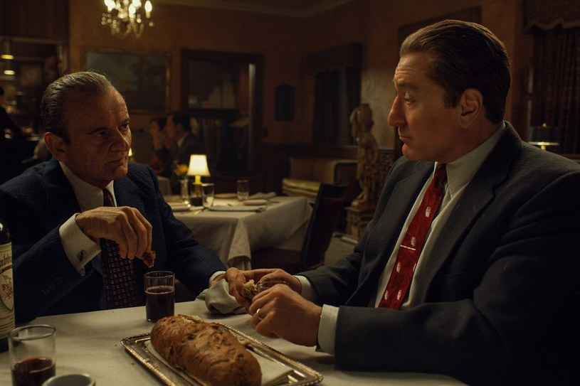 """""""Irlandczyk"""" to zrealizowana z rozmachem opowieść o układach amerykańskiej mafii ze światem polityki, która stanowi ukoronowanie dotychczasowej twórczości Martina Scorsese. Film z Robertem De Niro, Alem Pacino i Joe Pescim w rolach głównych można oglądać w kinach, a od środy, 27 listopada, także na Netfliksie."""