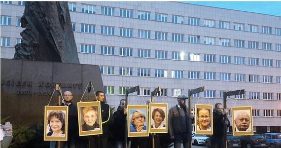 Katowicka prokuratura umorzyła śledztwo ws. manifestacji z listopada 2017 r., której uczestnicy powiesili na symbolicznych szubienicach zdjęcia europosłów głosujących za rezolucją Parlamentu Europejskiego ws. praworządności w Polsce.