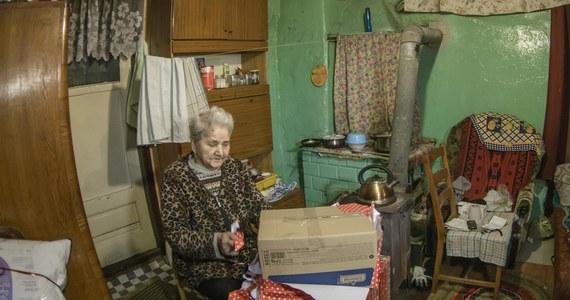 """Ekstremalna bieda to nie metafora. W porównaniu z ubiegłym rokiem liczba osób żyjących w skrajnym ubóstwie wzrosła o 400 tys. Dziś ponad 2 mln Polaków balansuje na granicy fizycznego przetrwania. """"Dwa miliony to wciąż za dużo, by nie dostrzegać problemu"""" - piszą twórcy najnowszego Raportu o Biedzie przygotowanego przez Szlachetną Paczkę."""
