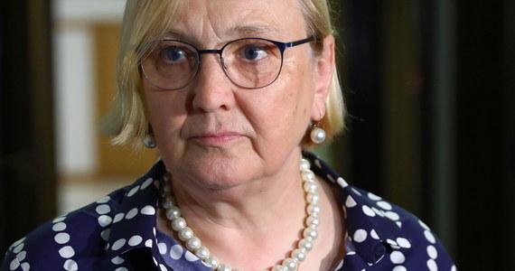 Prokuratura pokazał swoją kompletnie polityczną twarz; nie zostawię tego bez ciągu dalszego - zapewniła europosłanka PO Róża Thun. W ten sposób skomentowała umorzenie przez prokuraturę śledztwa ws. wieszania zdjęć europosłów na szubienicach. Thun zapowiedziała złożenie zażalenia.