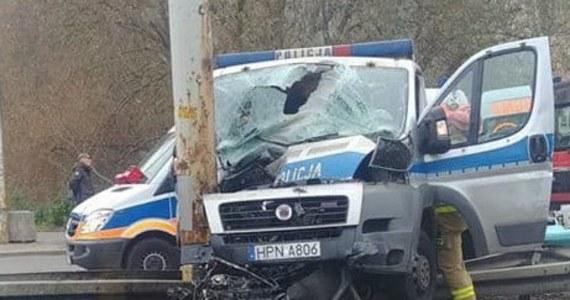 Wypadek z udziałem radiowozu w Gdyni. Na wysokości ulicy Swarzewskiej radiowóz jadący na interwencję zderzył się z autem osobowym, a potem uderzył w słup.