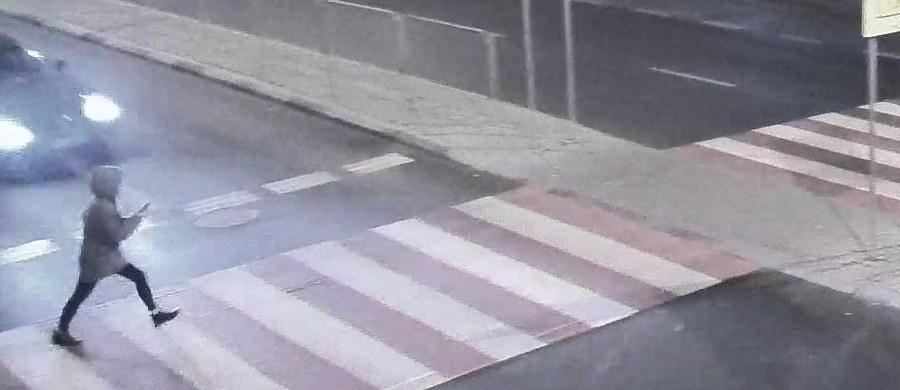 Lubelska policja opublikowała film pokazujący potrącenie kobiety na przejściu dla pieszych. Do zdarzenia doszło na ul. Lwowskiej w Lublinie.
