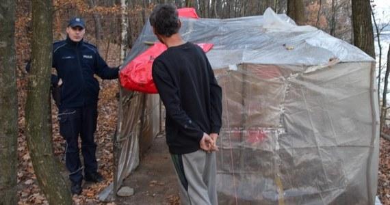 W Dobczycach koło Krakowa w lesie koczuje 60-latek z Korei Południowej. Mężczyzna twierdzi, że prowadzi koczowniczy tryb życia z własnej woli.