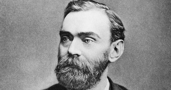 """Urodził się w 1833 roku w Sztokholmie w rodzinie inżynierów. Sam był chemikiem i wynalazcą. W 1895 roku kupił stalownię, którą przekształcił w zakłady zbrojeniowe. Przez całe swoje życie Alfred Nobel zgromadził gigantyczny majątek, wzbogacając się na produkcji środków, które służyły do zabijania. To sprawiło, że w testamencie zapisał swój majątek """"tym, którzy przyczynią się dla ludzkości"""". Był człowiekiem renesansu, władał biegle pięcioma językami, pisał wierze po szwedzku i angielsku, podróżował po całym świecie, umarł w samotności."""
