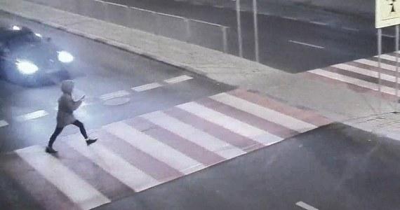 Mrożące krew w żyłach nagranie udostępnili na swojej stronie policjanci z Lublina. Widać na nim kobietę, która używając telefonu komórkowego wchodzi na przejście dla pieszych wprost pod nadjeżdżający samochód.