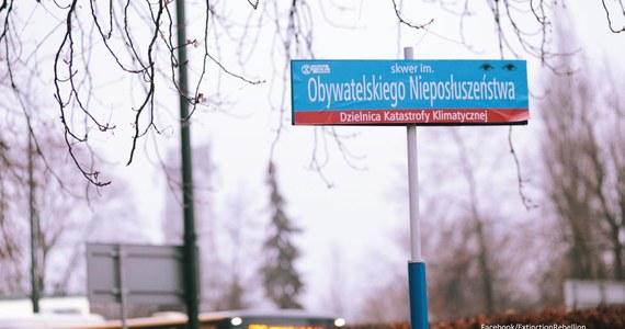 """W nocy aktywiści Extinction Rebellion Polska """"zmienili"""" nazwy ulic w Warszawie. W skutek happeningu Ministerstwo Klimatu znalazło się pomiędzy ulicami Suszy, Uchodźców Klimatycznych i Dekarbonizacji."""