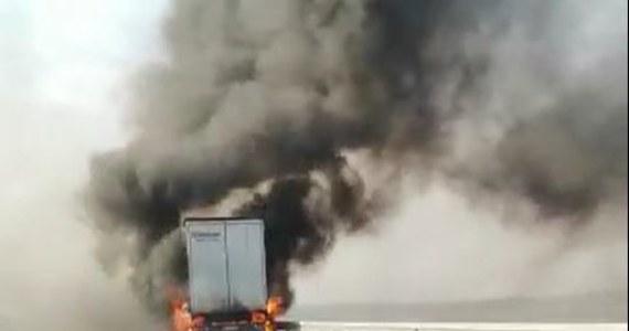 Pożar naczepy ciężarówki na małopolskim odcinku autostrady A4. Do zdarzenia doszło między węzłami Tarnów Centrum - Tarnów Mościcie.
