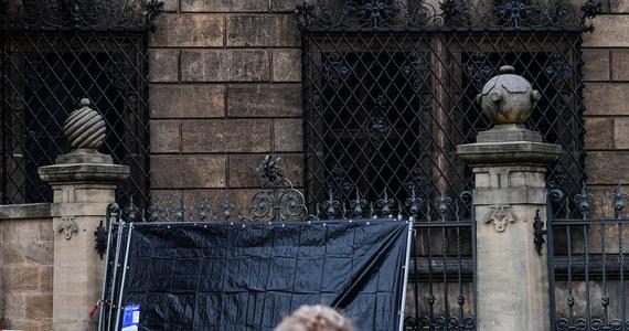 Już ponad 90 osób przesłało niemieckiej policji nagrania i zdjęcia, na których - zdaniem autorów - widać sprawców napadu rabunkowego na skarbiec na zamku w Dreźnie. Z Zielonej Krypty zniknęła bezcenna biżuteria z czasów Augusta Mocnego. Jak poinformowała w środę saksońska policja, dwa dni po zuchwałym napadzie nadal nie znaleziono tropu  prowadzącego do złodziei.