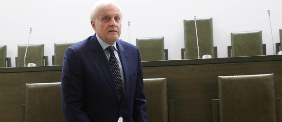 """Prezes Izby Cywilnej Sądu Najwyższego reaguje na niedawne orzeczenie Trybunału Sprawiedliwości Unii Europejskiej dot. niezależności Izby Dyscyplinarnej SN. TSUE, przypomnijmy, zdecydował, że to polski Sąd Najwyższy ma m.in. zbadać niezależność tej nowo powołanej Izby. Dopóki tego nie zrobi – zdecydował sędzia Dariusz Zawistowski – w Izbie Cywilnej SN nie będą wyznaczani do składów orzekających ci sędziowie, """"których dotyczy wyrok Trybunału"""", a więc wskazani do tej Izby przez nową Krajową Radę Sądownictwa."""