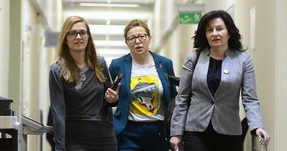 """Rada Języka Polskiego uznaje, że w polszczyźnie potrzebna jest większa, możliwie pełna symetria nazw osobowych męskich i żeńskich w zasobie słownictwa. """"Prawo do stosowania nazw żeńskich należy zostawić mówiącym"""" - uważa RJP."""