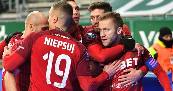 Władze Wisły Kraków nie zamierzają bezradnie czekać, aż drużyna piłkarska spadnie z ekstraklasy. Dzisiaj podpisano kontrakt z reprezentantem Kazachstanu Grigorijem Żukowem, a także zaprezentowano nowego sponsora - firmę Nowak-Mosty.